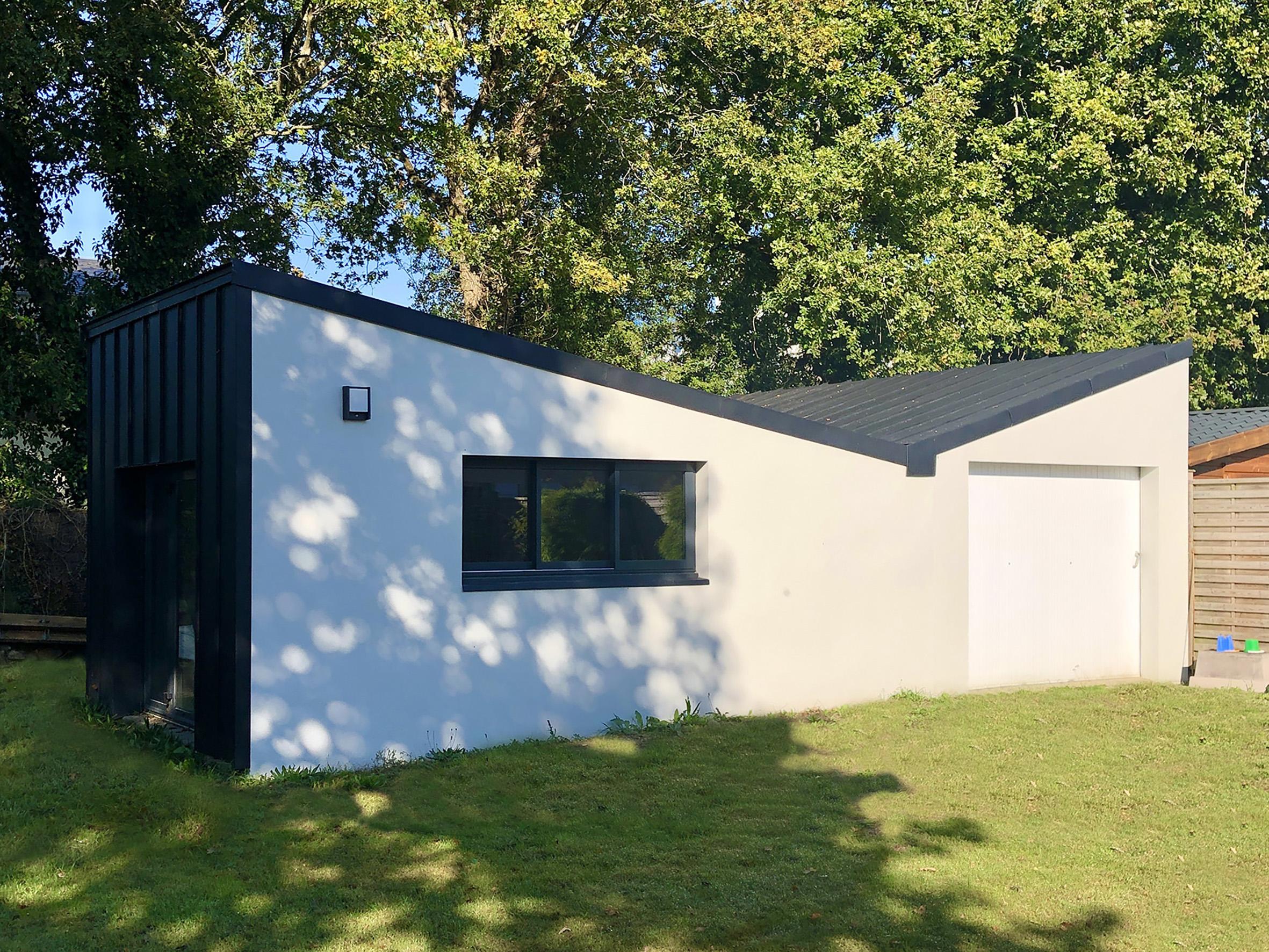 Construction d'un atelier en extension d'un garage à Saint-Etienne-de-Montluc